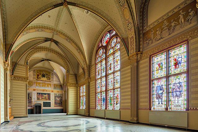 Fenster mit Glasmalerei im Amsterdamer Reichsmuseum