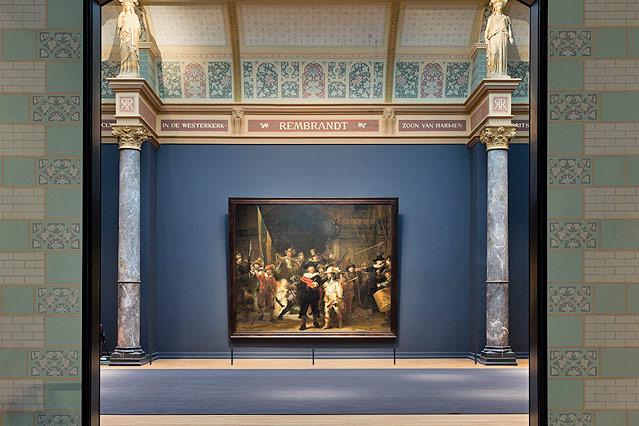 Blick durch den Ausstellungsraum auf Rembrandts Nachtwache