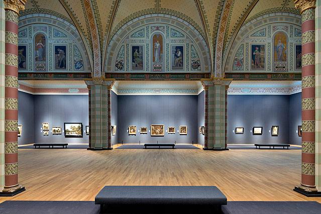 Gemäldeausstellungsraum im Amsterdamer Reichsmuseum mit Säulen und Bögen