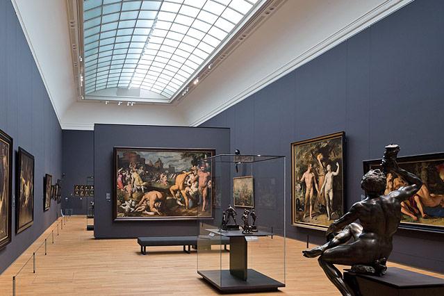 Ausstellungsraum mit Gemälden und Skulpturen im Amsterdamer Reichsmuseum