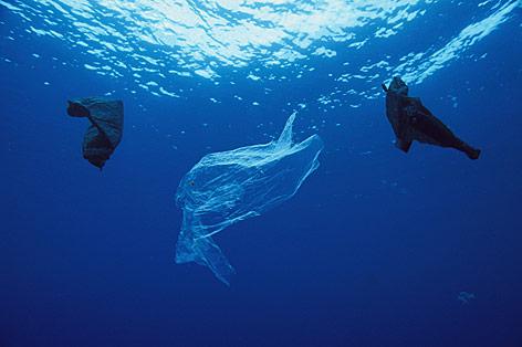 Plastik treibt im Ozean