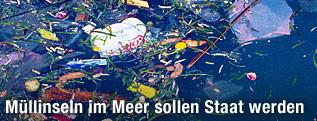 Müll schwimmt im Meer