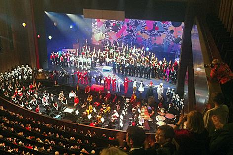 Schlussapplaus mit voller Bühne und vielen Schauspielern
