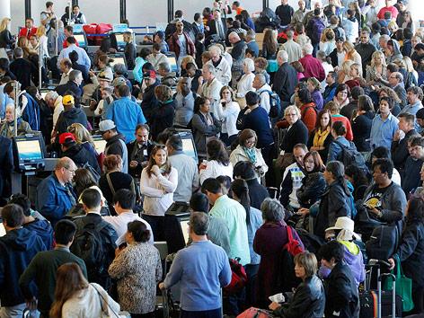 Passagiere von American Airlines warten vor einem Schalter