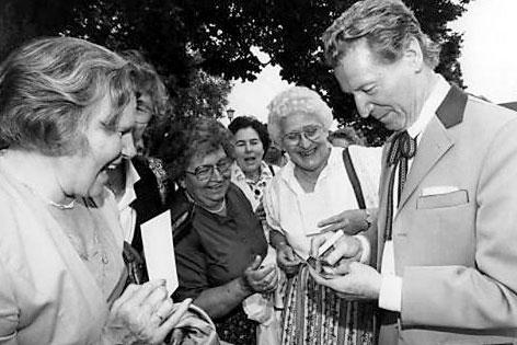 Josef Meinrad gibt Autogramme