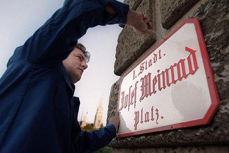 """Auf dem Platz zwischen Burgtheater und Volksgarten in Wien wird das Straßenschild """"Josef Meinrad-Platz"""" angebracht"""