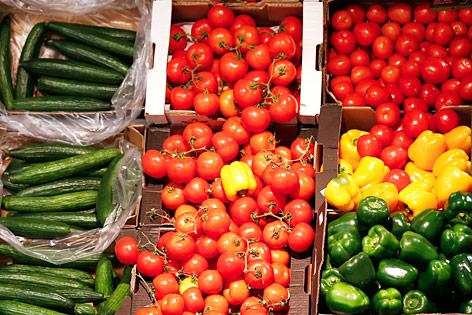 Tomaten, Paprika und Gurken in einem Supermarkt