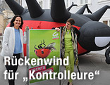 Astrid Rössler und Eva Glawischnig (Grüne) vor einem auf dem Rücken liegenden riesigen Marienkäfer