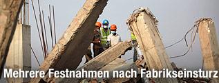 Einsatzkräfte auf den Trümmern des eingestürzten Gebäudes in Bangladesch