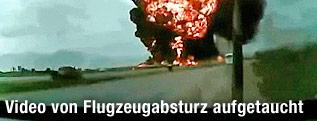 Feuerball nach Flugzeugexplosion  aus dem Auto gefilmt