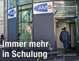 Mann betritt ein AMS-Gebäude