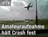 Abstürzendes Flugzeug aus dem Auto gefilmt
