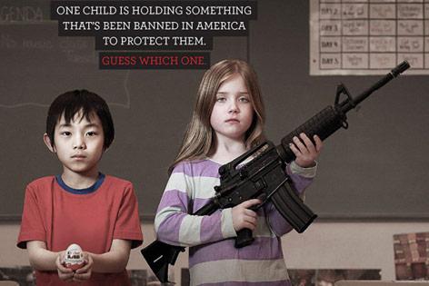 Kind mit Überraschungsei neben Kind mit Gewehr