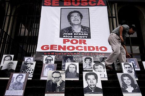 Protestplakate gegen  Guatemalas Ex-Diktator Efrain Rios Montt