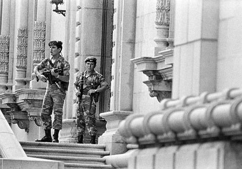 Historische Aufnahme nach dem Putsch 1983 von Soldaten vor dem Präsidentenpalast in Guatemala City