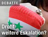 Faust mit Hanschuh zeigt syrische Fahne