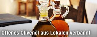 Ölflaschen auf einem Tisch