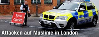 Polizist vor Straßenabsperrung in London
