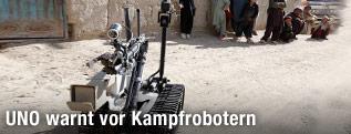 Roboter steht neben Menschen in Afghanistan