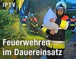 Feuerwehrmann mit Sandsack