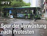 Unrat und zerstörter Bus auf einer Straße