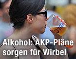Eine junge Türkin trinkt Bier