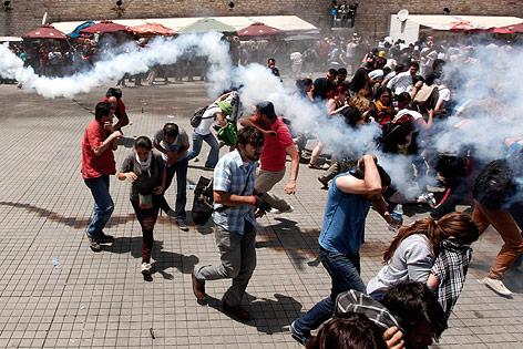 Demonstranten flüchten vor Tränengasgranaten