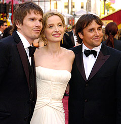 Ethan Hawke, Julie Delpy und Richard Linklater am Red Carpet der Oscar-Verleihung 2005