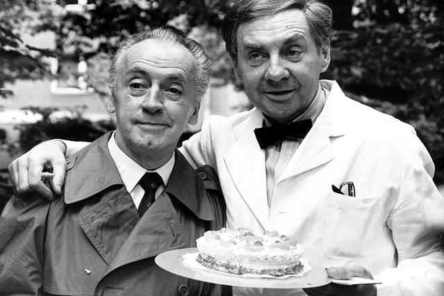 Die Schauspieler Eddi Arent und Harald Juhnke mit einer Torte