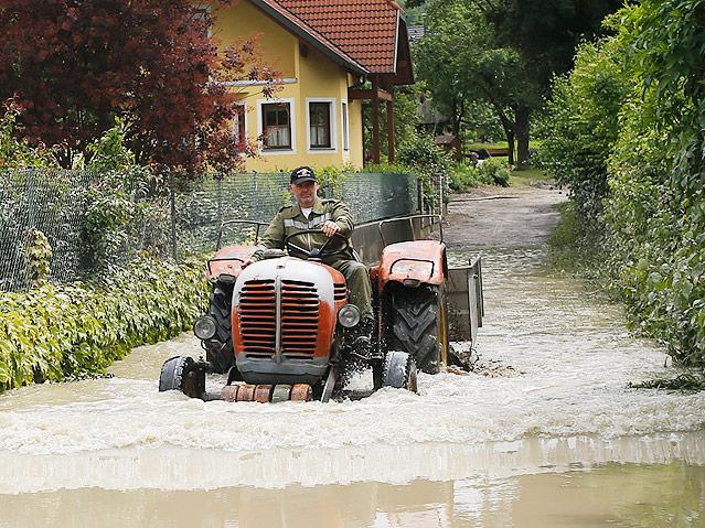 Feuerwehrmann mit Traktor in  Schönbühel