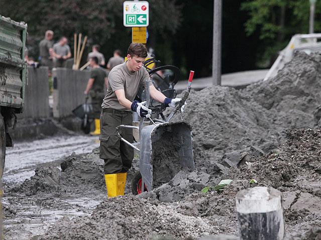 Soldaten des Bundesheeres bei Aufräumarbeiten nach dem Hochwasser in Ottensheim an der Donau