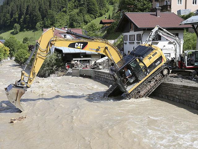 Aufräumarbeiten nach dem Hochwasser in Hüttau