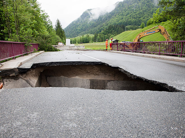 Unterspülte Straße zwischen Waidring und St. Ulrich am Pillersee
