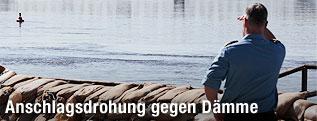 Deutscher Polizist vor einem Damm