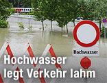 Überflutete Straße und Straßensperre in Klosterneuburg