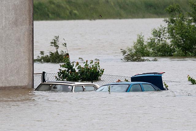 Zwei Autos sind vom Wasser geflutet
