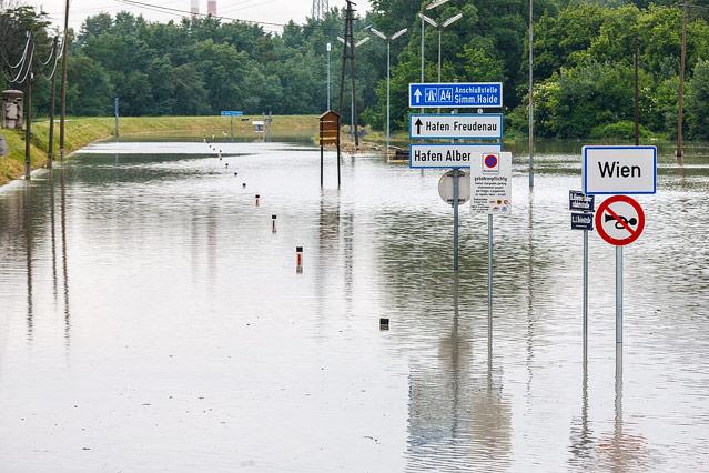 Hochwasser am Alberner Hafen in Wien