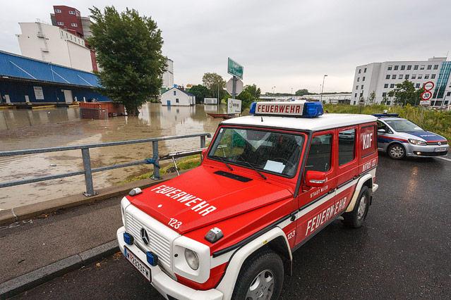 Feuerwehr am überschwemmten Alberner Hafen in Wien