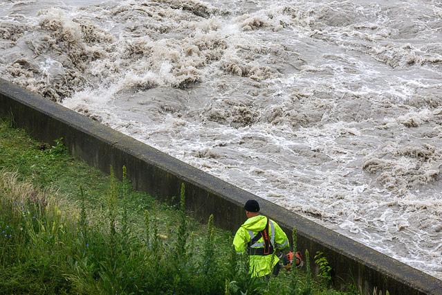 Ein Arbeiter neben der Hochwasser führenden Donau in Wien