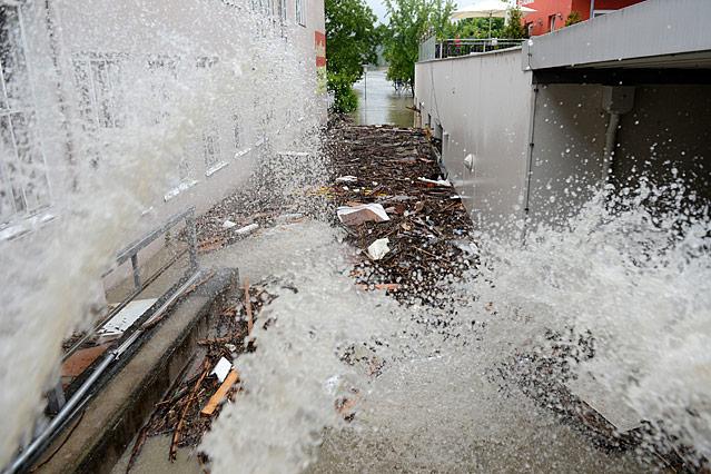 Wasser wird aus einem Haus gepumpt