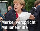 Angela Merkel mit Sandsack