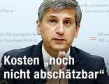 Vizekanzler Michael Spindelegger während einer PK zur Hochwasserlage in Österreich