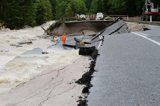 Eine stark beschädigte Straße zwischen Lofer in Salzburg und Waidring in Tirol