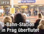 Fahrgäste vor der überfluteten U-Bahn-Station