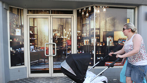 Einwohner vor falschem Geschäft in Enniskillen (Nordirland)