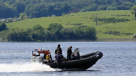 Einsatzkräfte sicher mit Schnellboot das Ufer ab