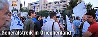 Demonstranten vor dem Rundfunkgebäude von ERT