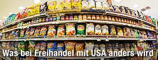 Supermarktregal in den USA mit Chips