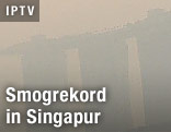 Moderne Gebäude im Smog