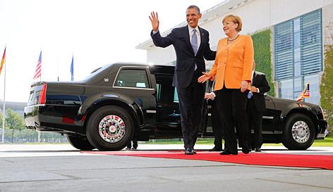 US-Präsident Barack Obama wird von der deutschen Kanzlern Angela Merkel neben Obamas Limousine begüßt